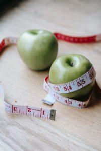 תפוח עם סרט מדידה סביבו