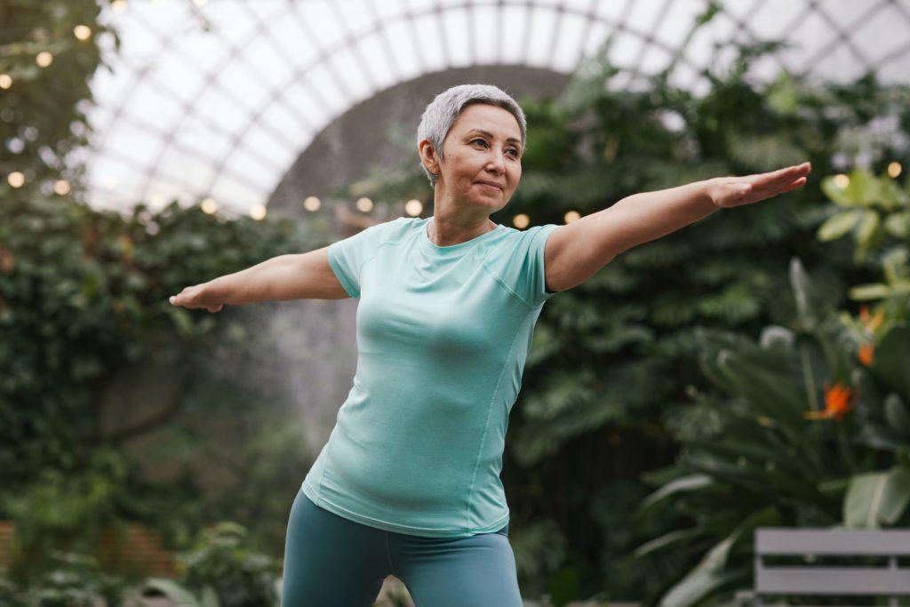 אישה מבוגרת מבצעת יוגה