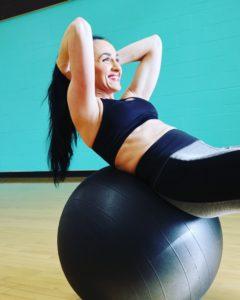 אישה מתאמנת על שרירי הבטן