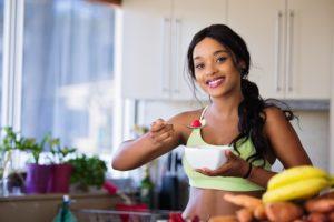 בחורה אוכלת בריא