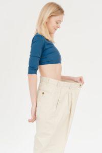 בחורה עם מכנס גדול