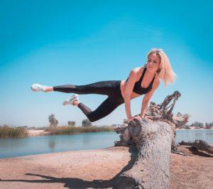 בחורה קופצת מעל עץ