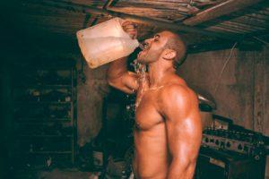 בחור שותה מים