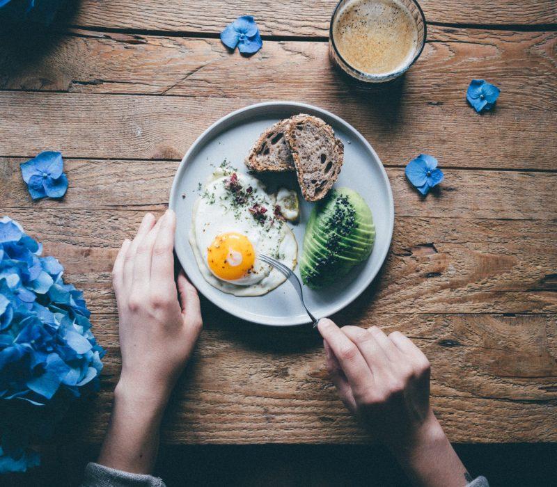 צלחת עם אבוקדו וביצה